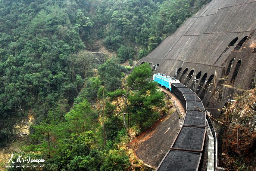 高清组图:穿越在大山里的火车【6】