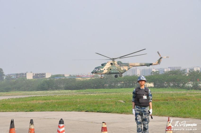 """陆航旅政委文银川告诉记者:""""我们在地震发生20分钟之后就做好了六"""