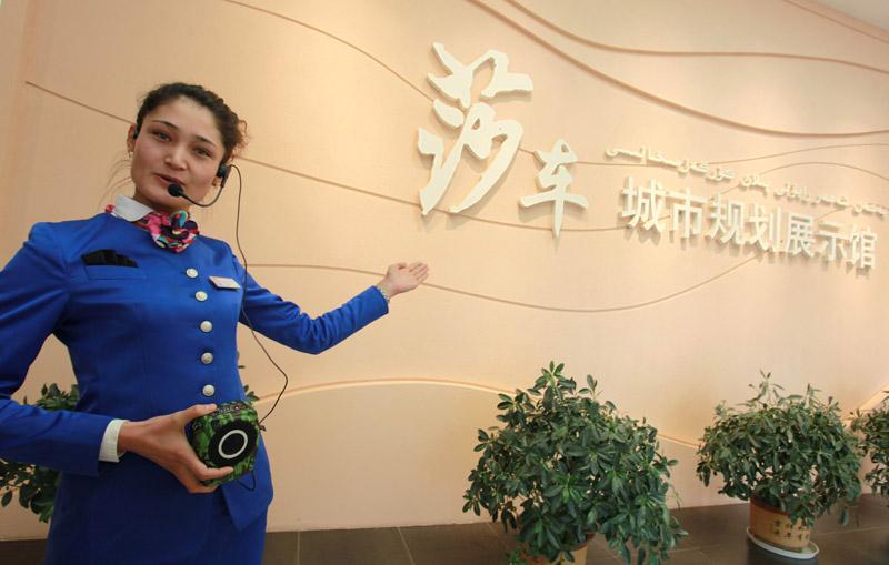 莎车城市规划馆的维吾尔族讲解员.