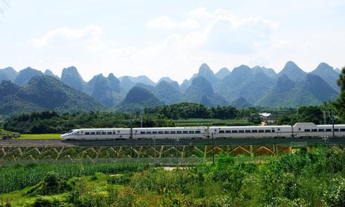 衡柳高铁动车穿越桂林山水成新景(图)