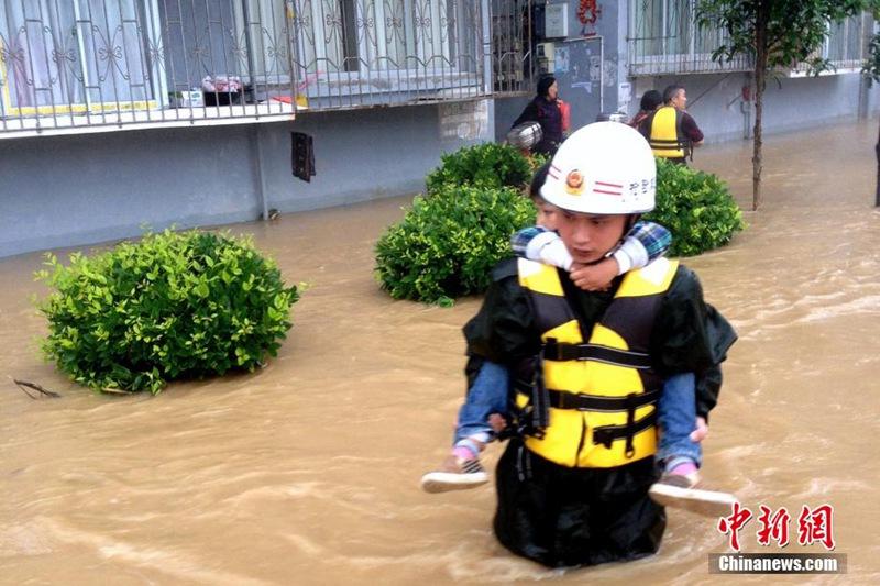 贵州多地持续强降雨 商铺民房被淹(组图)