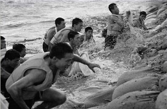 资料图片:解放军在搬沙袋巩固堤坝。  曾经的凯莱商务酒店董事长王桂兰正在给记者讲述当年的情景。  松花江畔的抗洪纪念塔已经成为哈尔滨的一个地标性建筑。 人民网9月23日电 现已69岁的王桂兰,在说起当年98抗洪的经历时,依然哽咽道,那些兵,真的是很可爱。到现在我看了当兵的,都恨不得直接把他拉进来吃饭。 2014年是北京希望工程实施20年。9月11日至13日,北京希望工程爱心希望之旅98抗洪援建线路来到哈尔滨松花江畔,回访抗洪纪念塔,一起回忆那段惊心动魄的日子,重温感动岁月。 最可爱的人 199