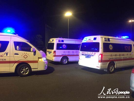 有多辆消防车救护车驶往天津危险品仓库爆炸现场