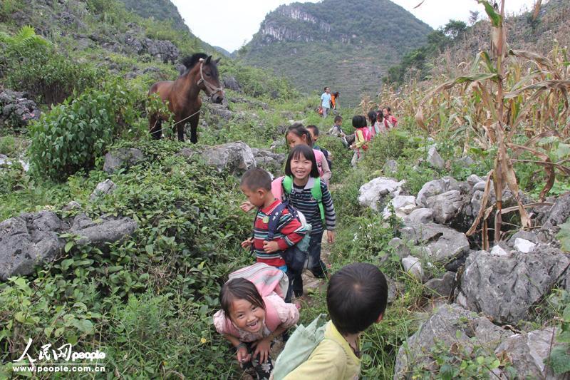 9月16日,贵州罗甸县打改小学的同学们在放学路上玩耍着回家.