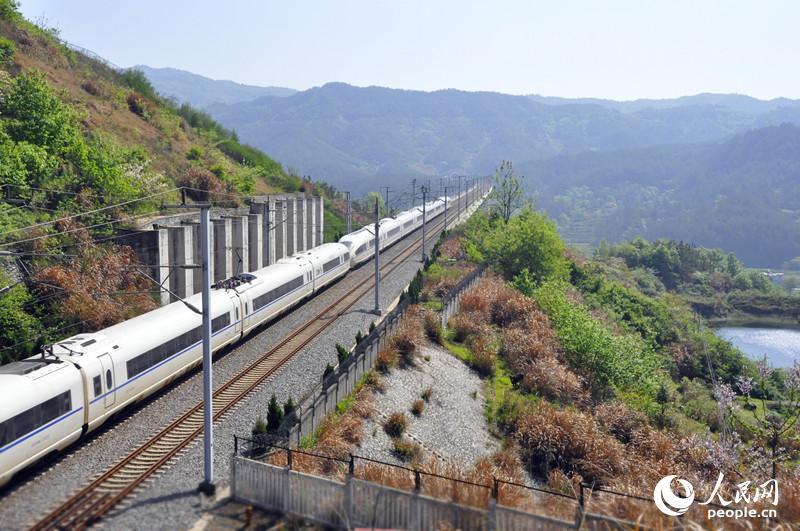 发现最美铁路:合武高铁飞驰大别山[1]- 中国日报网