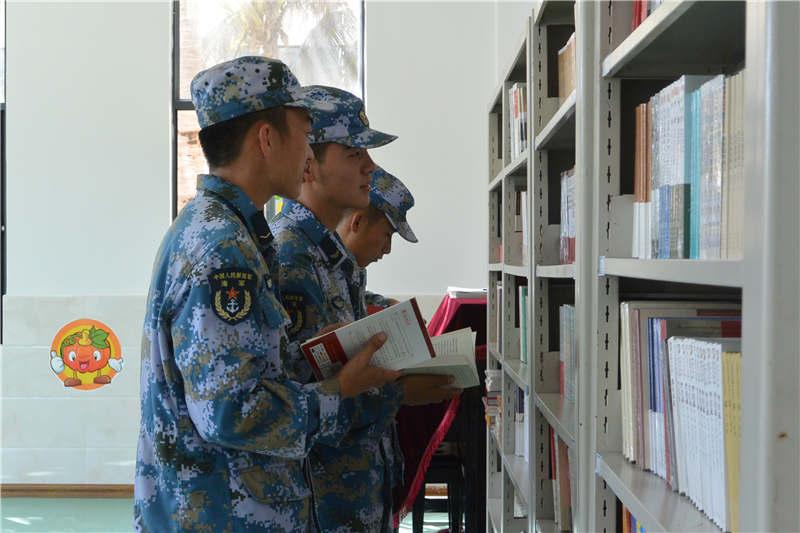 4月21日,三沙市永兴岛驻岛官兵到图书室借阅图书。记者黄晓慧摄
