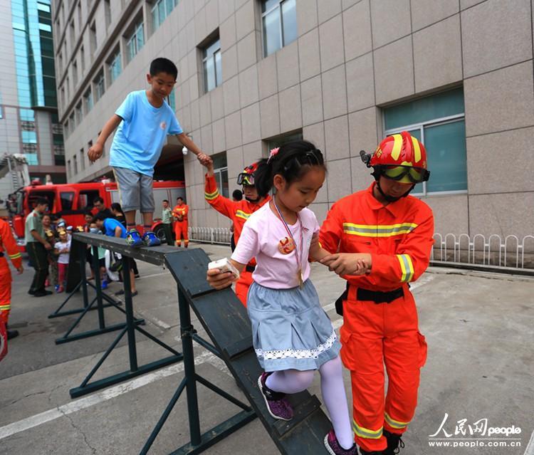 6月1日上午,北京市公安局消防局举办儿童消防嘉年华,以教于乐的方式,向少年儿童教授基本的防火、逃生常识,与小朋友们共同欢度六一。 消防嘉年华分为消防游戏体验区、火灾逃生模拟体验区、灭火器材演示区等5大互动区域。小朋友纷纷化身小小消防员,与家长一起体验报警、穿战斗服、出警、灭火等环节,真实模拟火灾发生的紧张环境。 北京市公安局消防局相关负责人表示,下一步将在全市范围内定期举办少年儿童消防嘉年华活动,逐步扩大覆盖范围和影响力,以达到教育一个孩子,带动一个家庭,影响整个社会的目的。(记者 王昊男 摄影报道)
