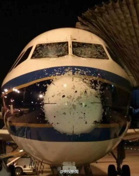 """南航一客机飞行中遇冰雹被打成""""麻子脸""""(图)"""