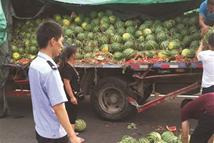 众交警携手买西瓜