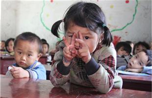 """十问留守儿童 岁末年关,留守在农村老家的孩子们已开始倒数与父母团聚的日子。据统计,全国有农村留守儿童6100多万。这些孩子在成长中有怎样的悲喜?留守儿童问题该如何破解?人民网记者赴河南、安徽、贵州、四川、云南等劳动力输出大省以及广东、北京等劳动力输入地采访,推出""""十问留守儿童""""系列报道,与网友一起探讨。"""