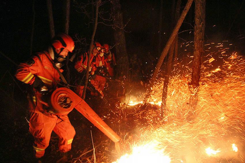 内蒙古大兴安岭毕拉河森林火灾过火面积达1万公顷已调动各方扑火力量近9000人