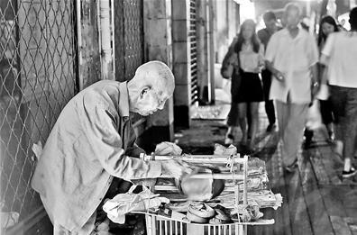 """107岁老人""""闲不住""""每天摆摊4小时卖鞋垫成""""网红"""""""
