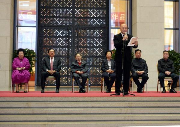 北京紫檀文化基金会理事长迟重瑞宣读成龙贺信