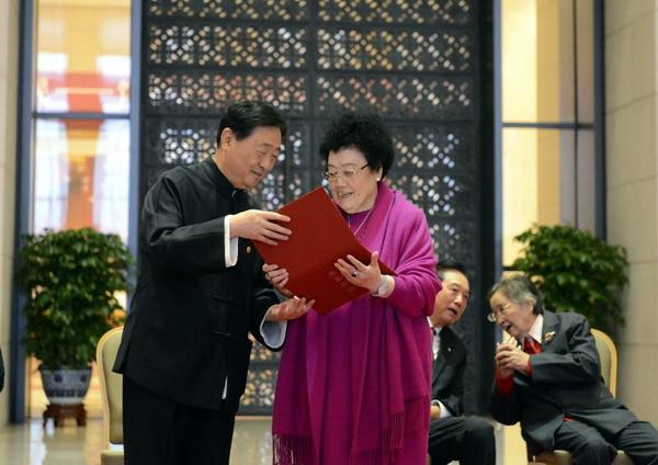 中国国家博物馆馆长吕章申向陈丽华馆长颁发收藏证书