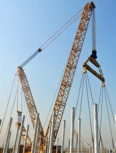 长安街西延永定河特大桥钢塔首段完成吊装