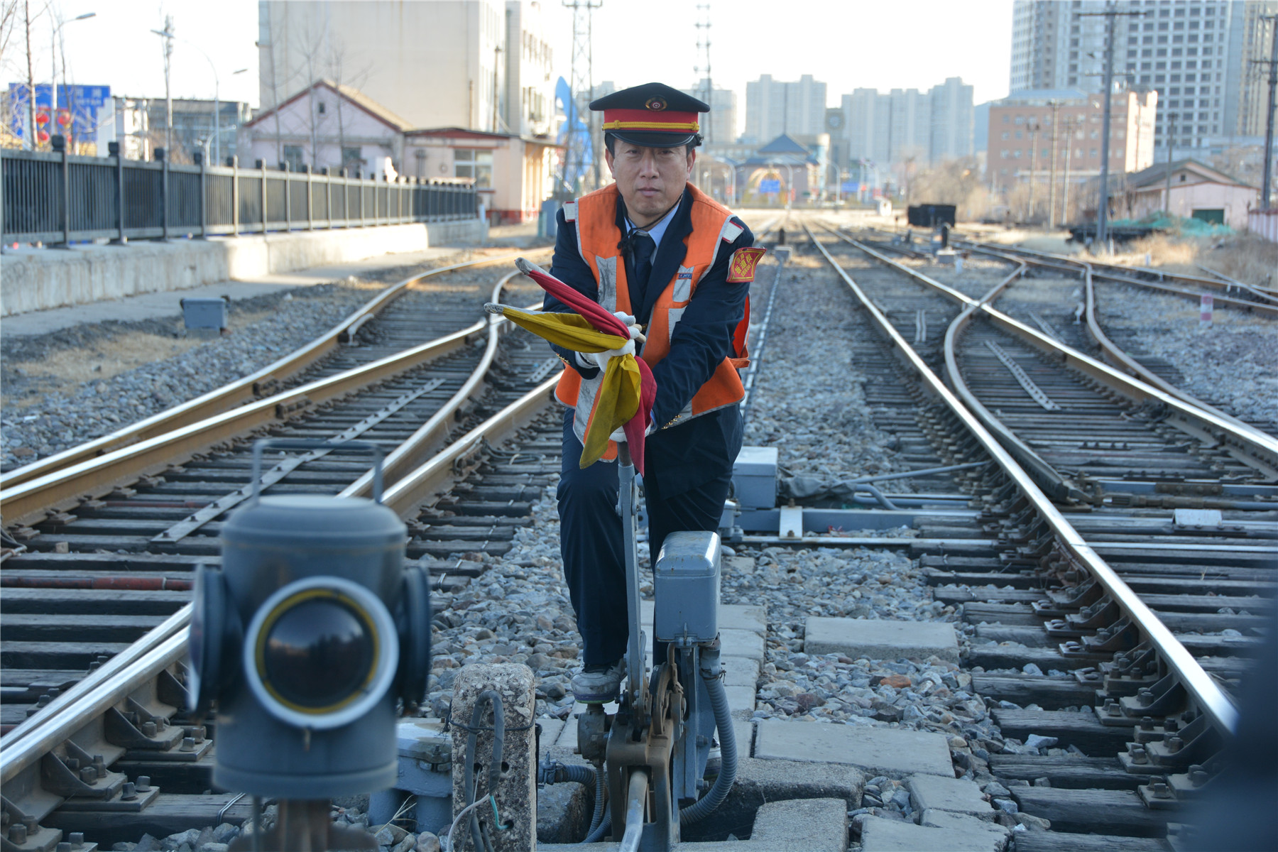 门头沟火车站的铁路扳道员师增信,今年50岁的他已在这个岗位工作23年。