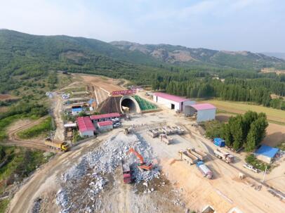 郑万高铁首座高风险长大隧道贯通