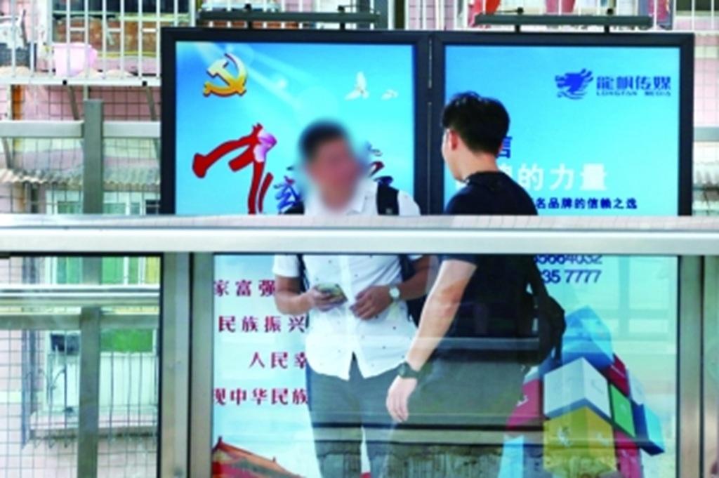 武汉:男子露天地铁高架站台吸烟被罚 地铁运营:车站范围内都属禁烟区
