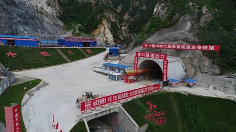 冬奥会配套工程重要进展!京张高铁北京段首隧贯通