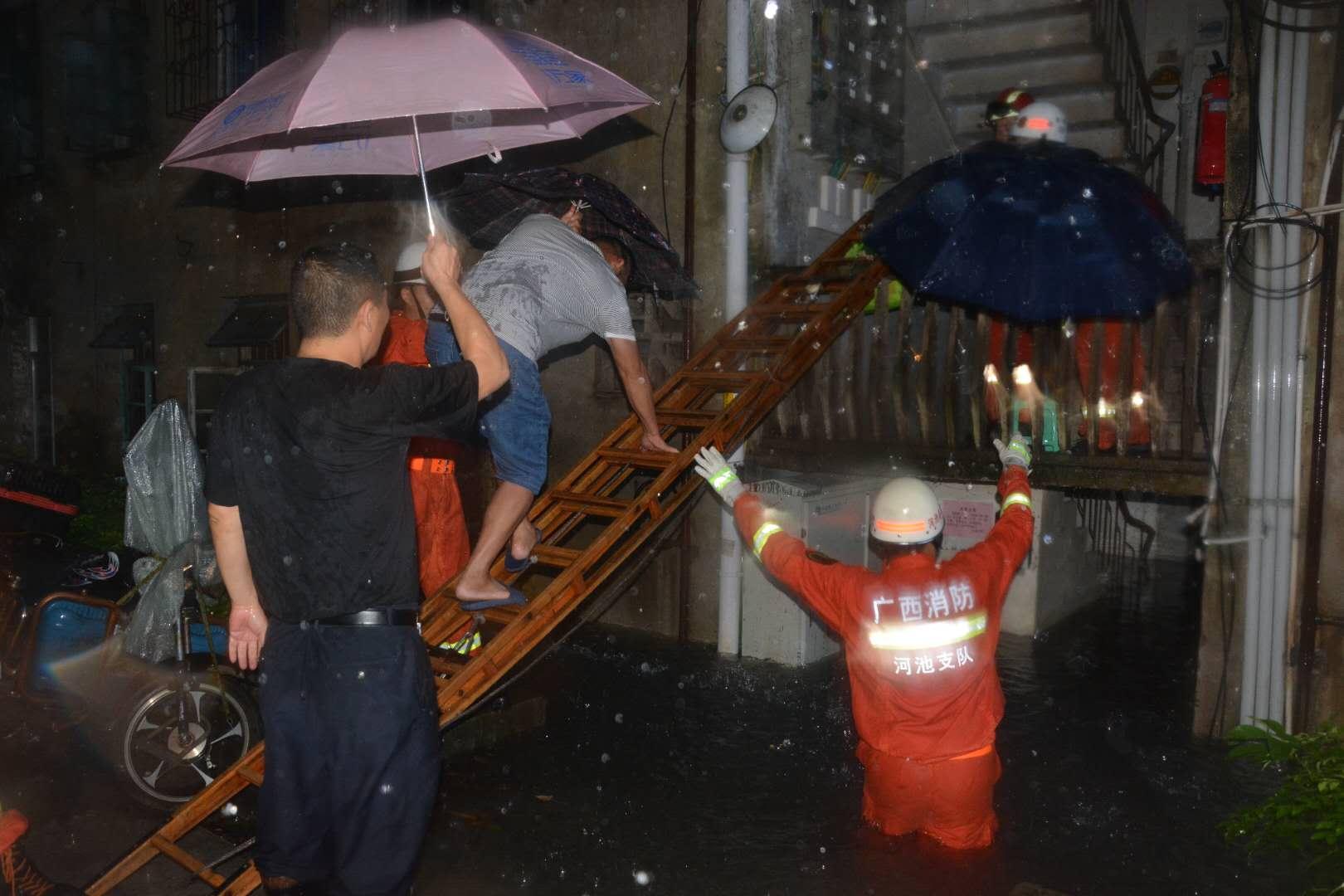 """广西河池:抗击台风""""山竹""""10人因大雨积水被困消防紧急转移"""