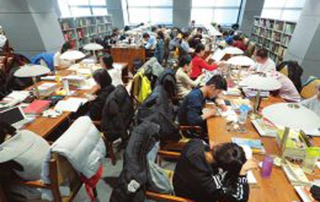 山西太原:研究生考试 图书馆里备考忙
