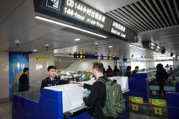 """""""春节""""假期全国口岸出入境人数日均将达到177万人次"""