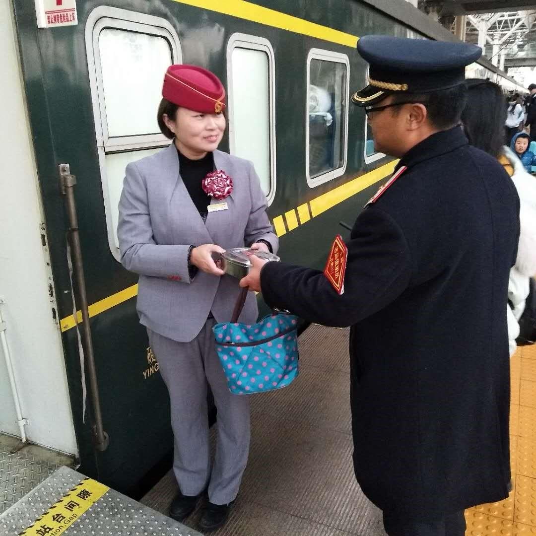 """""""你注意安全,别担心家里!"""" 【新春走基层】列车驶前5分钟,有这对铁路夫妻爱情的模样"""