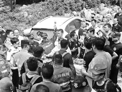 男子被熊攻击 9个多小时后被救转运下山