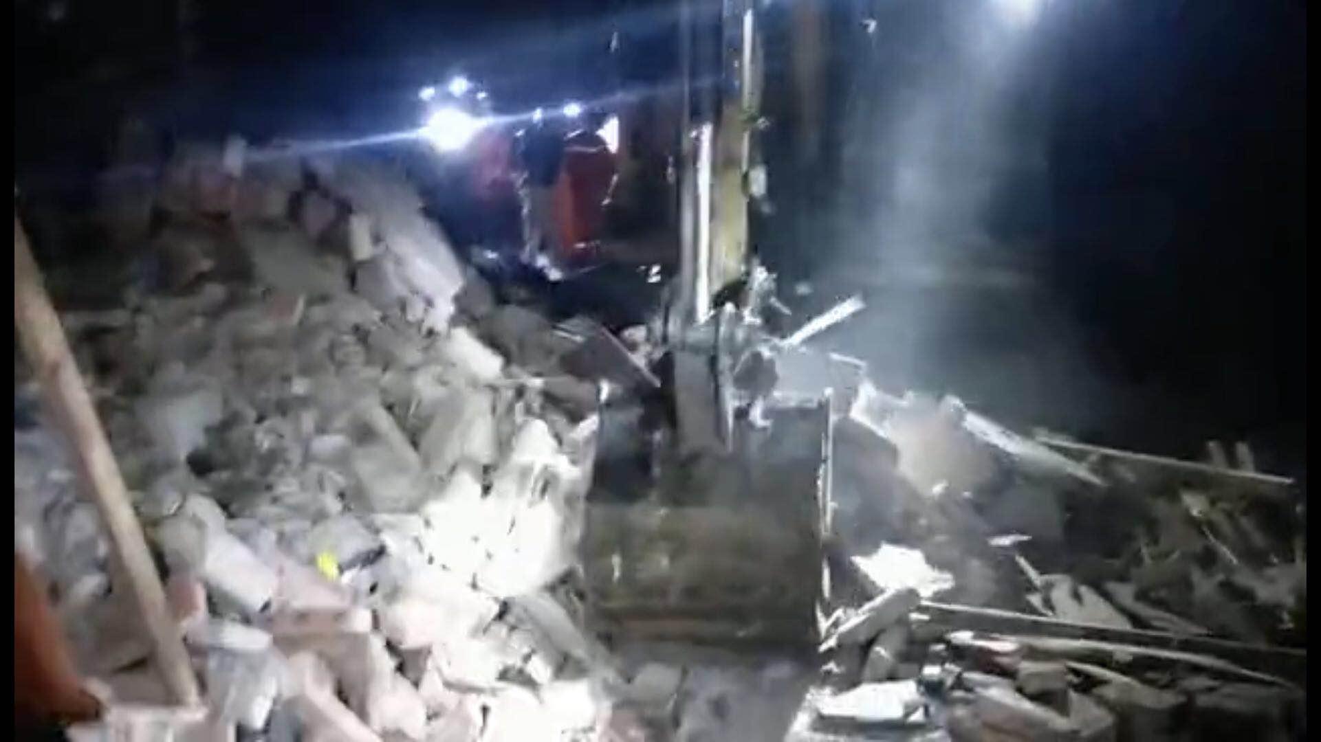 长宁县双河镇葡萄村两人被困消防员调用工程机械搜救