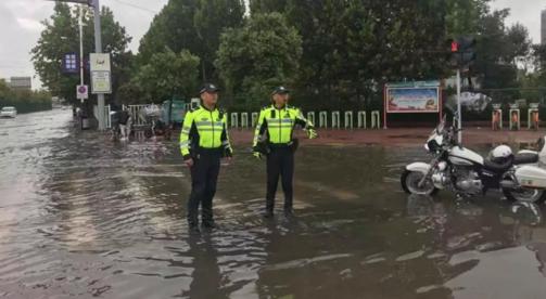 <b>暴雨天,山东聊城交警在行动</b>