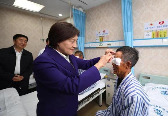 """内蒙古""""光明行"""":走过85万公里2.3万患者明眸"""