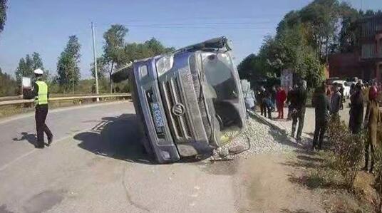 险!碎石车超载700%,侧翻压扁路边小轿车