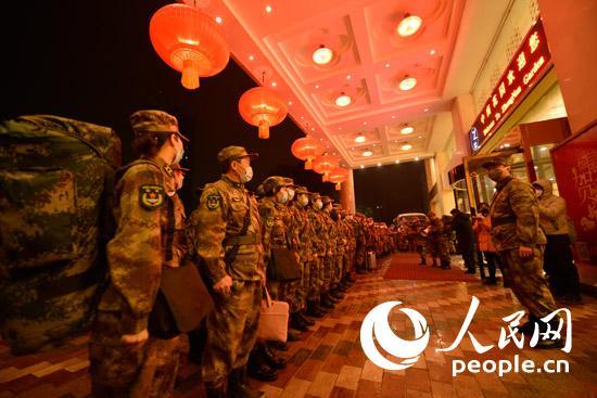 一支人民军队医疗队抵达武汉支援湖北