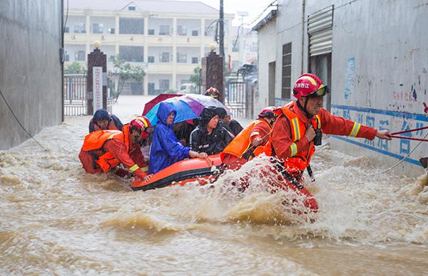 """江西抗洪一线 他们为群众托起洪水上的""""救援之舟"""""""
