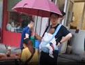 丈夫雨中撑伞护妻