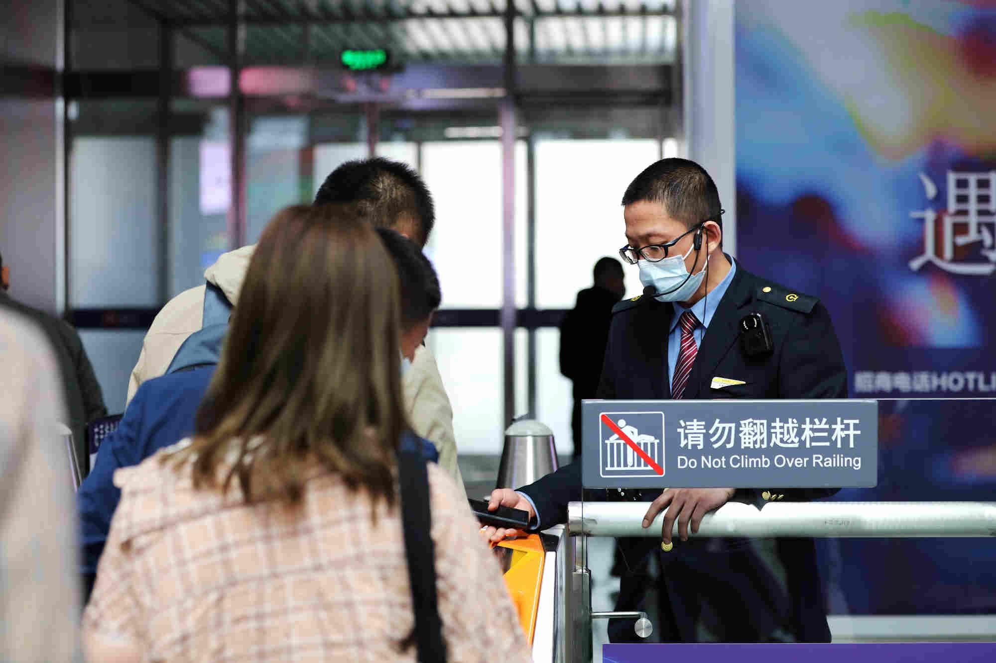 沈阳局集团公司各客运单位精心组织,科学统筹,为旅客提供全方位、全链条、全过程优质服务。崔凯 摄
