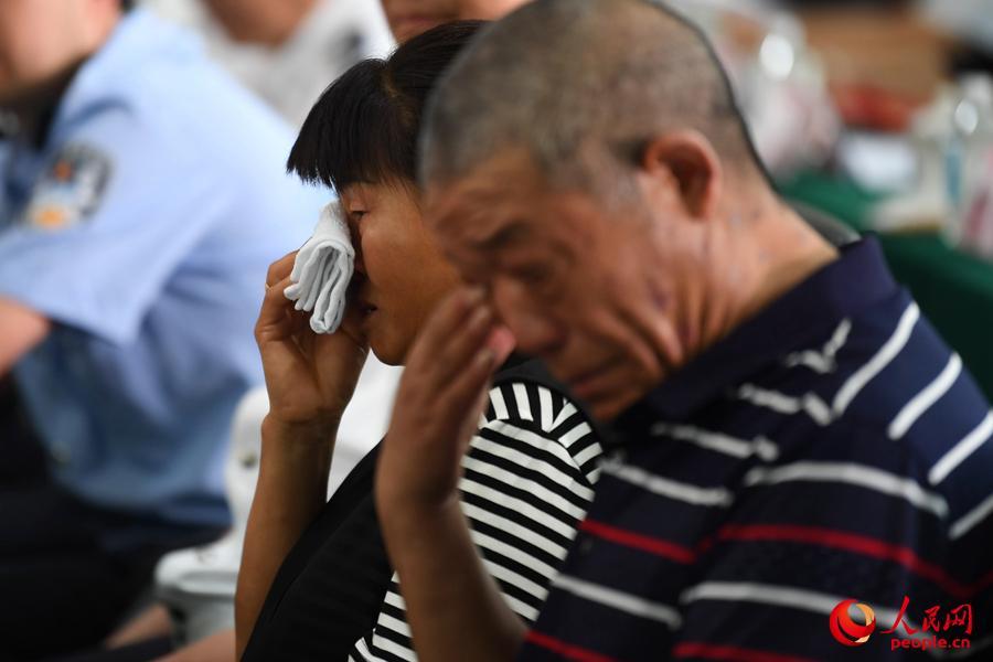 父母在现场等待与孩子见面。人民网记者 翁奇羽摄