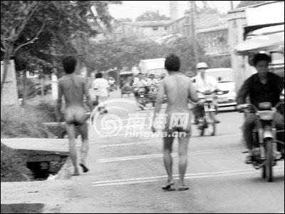 为精神病患者.时娜 摄-两裸体男女情侣般牵手散步 疑为精神病者图片