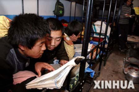 宁夏固原市原州区杨郎中学几名学生在宿舍复习