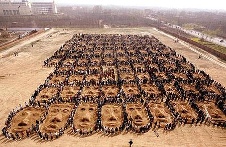 三千名学生搞行为艺术 全身涂泥扮农民