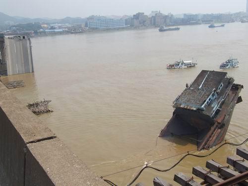 广东南海九江大桥建于1988年,跨越珠江水域西江行道,全长1682米,主
