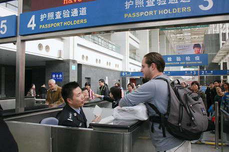 上海出入境边检总站全面启用新版外国人入出境