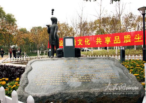 """公园雕塑少女铜像""""幻""""连遭盗损"""
