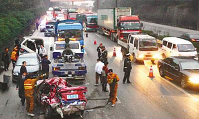 高速路/车祸造成内环高速路段大堵车(图片来源:重庆晚报)