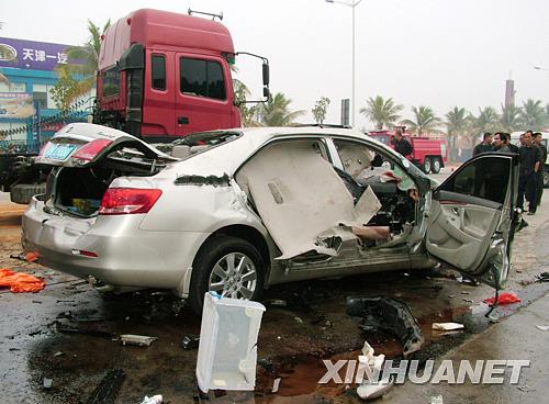 轿车4女2男丧命泥头车下 肇事司机弃车逃逸