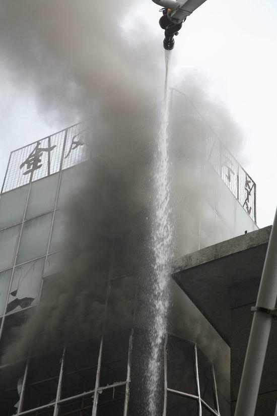 3月17日,位于宁夏首府银川市繁华商业区的新海岸洗浴中心突发火灾,当地公安消防部门接警后先后出动消防车29台次,116名消防官兵经过2个多小时的奋力扑救,终将大火扑灭,保住了周围大型购物广场等多个人员密集场所和人民群众的安全,保护财产价值数亿元。此次火灾没有造成人员伤亡。   险情突至:火烧连营危机一触即发   火灾发生在3月17日下午。银川市119指挥中心16时37分接到报警:位于兴庆区市场巷3号商业楼三层的新海岸洗浴中心发生火灾;起火建筑地处繁华街区,火势凶猛,情况危急。火灾就是命令!接警后,指