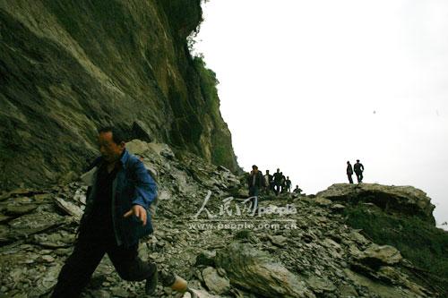 快讯:从绵阳通往平武县唯一的路因塌方受阻 (3)