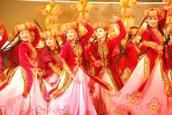 人民网乌鲁木齐6月8日电 (记者戴岚 郑娜)首届新疆国际民族舞蹈节今晚在西部边城乌鲁木齐拉开帷幕。来自俄罗斯、埃及、土耳其、埃塞俄比亚、希腊、朝鲜、墨西哥、法属玻利尼西亚、印度等9个国家和地区的舞蹈团参加舞蹈节展演。   素有舞蹈之乡美誉的新疆,是古丝绸之路的重要通道,也是东西方文化交流荟萃之地。为期10天的新疆国际民族舞蹈节,旨在我国西部边陲和民族自治区域搭建首个国家级对外文化交流的平台。来自欧、美、亚、非等地的国家级舞蹈团及国内优秀舞蹈团,将在乌鲁木齐、昌吉、石河子等地轮番演出45场。   新疆