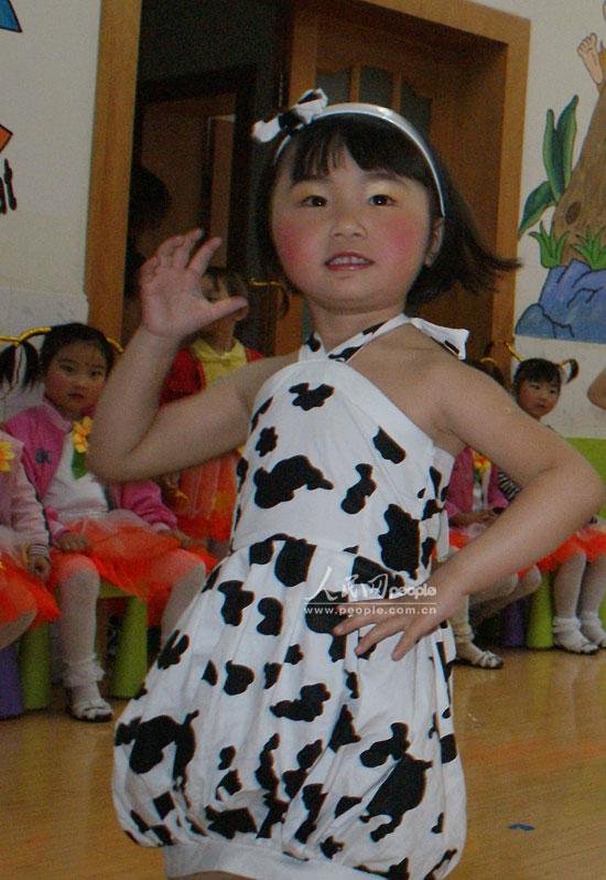 宁强县幼儿园小朋友正在表演牛奶舞倡导儿童喝牛奶支持奶企业.