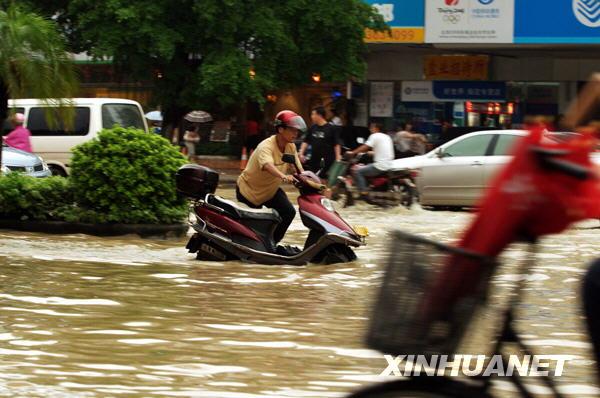 湛江市街头,行人涉水前行 当日下午,广东湛江市区骤降暴雨,道高清图片